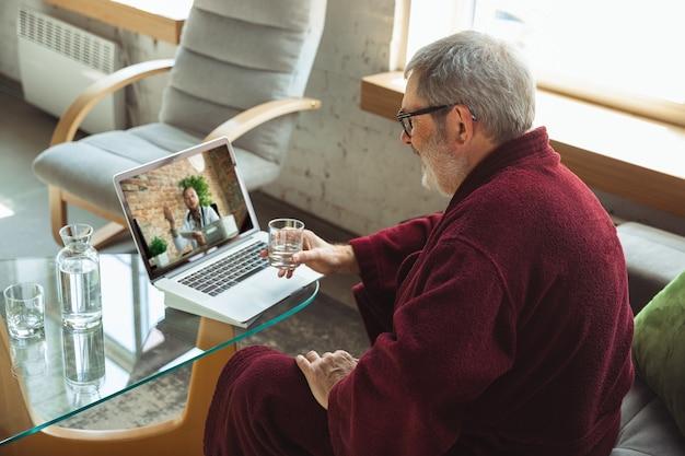 Rijpe senior oudere man tijdens quarantaine, beseffend hoe belangrijk thuisblijven