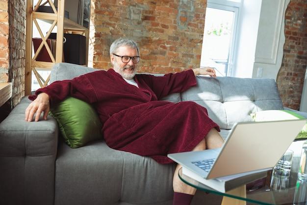 Rijpe senior oudere man tijdens quarantaine die zich realiseert hoe belangrijk thuisblijven tijdens virusuitbraak