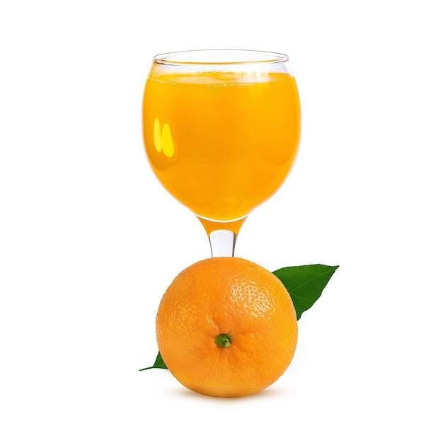 Rijpe sinaasappel en glas met sinaasappelsap