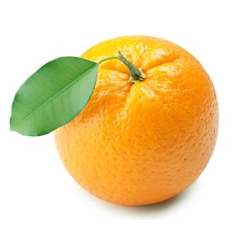 Rijpe sinaasappel met bladeren op witte achtergrond