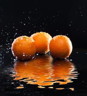 Rijpe sinaasappels met reflectie