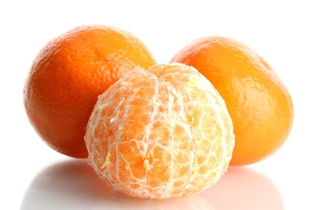 Rijpe smakelijke mandarijnen die op wit worden geïsoleerd