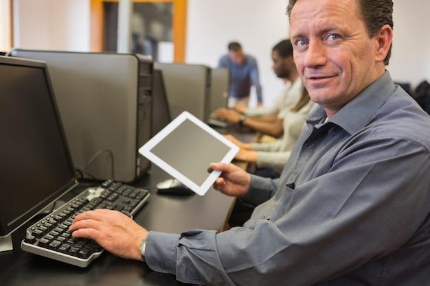 Rijpe tabletpc van de studentenholding