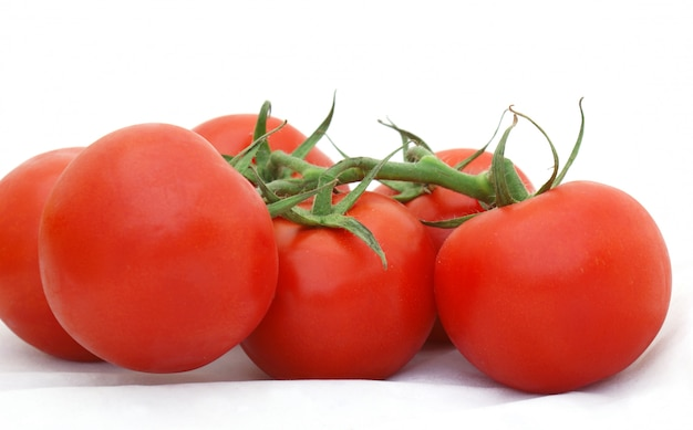 Rijpe tomaten op de wijnstok