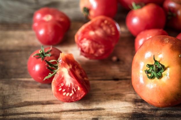Rijpe tomaten op houten tafel close-up