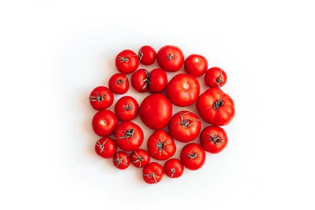 Rijpe tomaten zijn opgemaakt in de vorm van een cirkel die op een wit wordt geïsoleerd