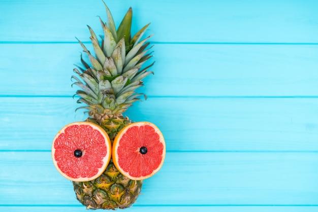 Rijpe tropische ananas met grapefruitogen