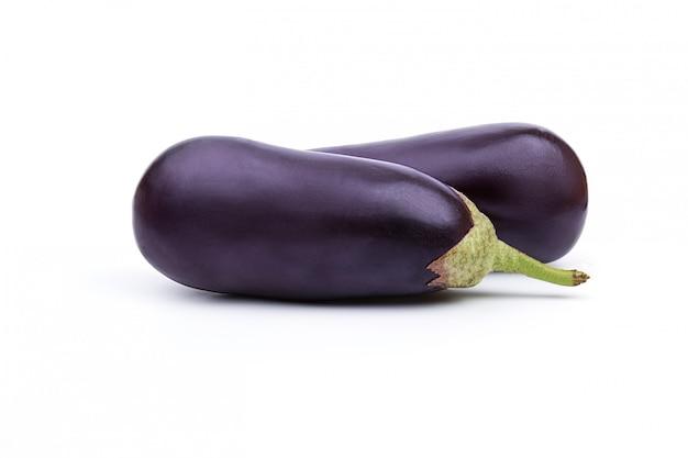 Rijpe verse aubergine geïsoleerd op witte ruimte