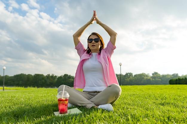 Rijpe vrouw beoefenen van yoga