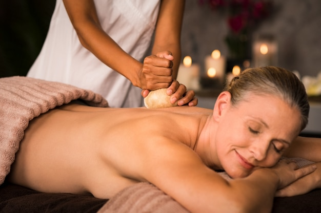 Rijpe vrouw die ayurvedische massage heeft