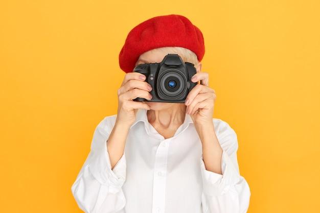 Rijpe vrouw die foto maakt