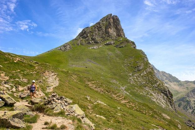 Rijpe vrouw die in de bergen van de pyreneeën wandelt