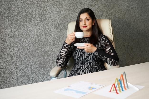 Rijpe vrouw koffie drinken