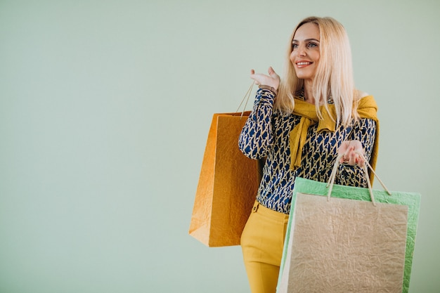 Rijpe vrouw met boodschappentassen
