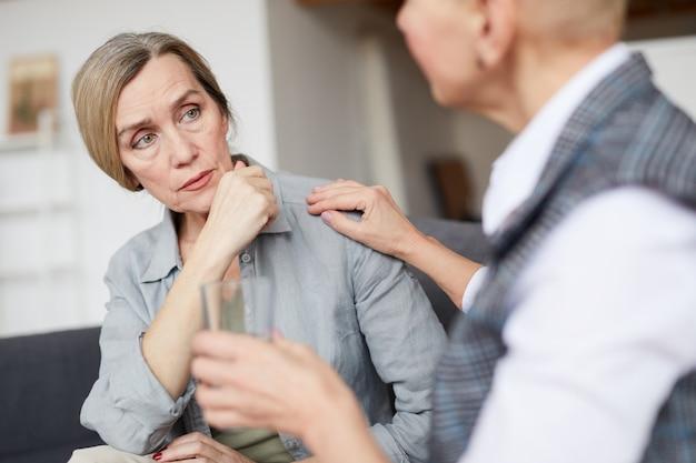 Rijpe vrouw praten met therapeut