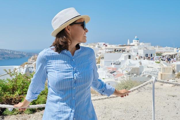 Rijpe vrouw reist in de zomer op cruise op de middellandse zee, het griekse eiland santorini oia, kopie ruimte