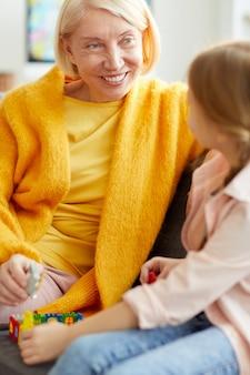 Rijpe vrouw spelen met kind