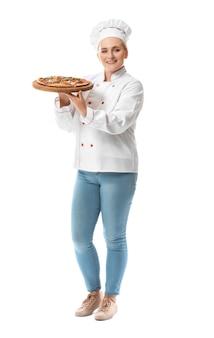Rijpe vrouwelijke chef-kok met smakelijke geïsoleerde pizza