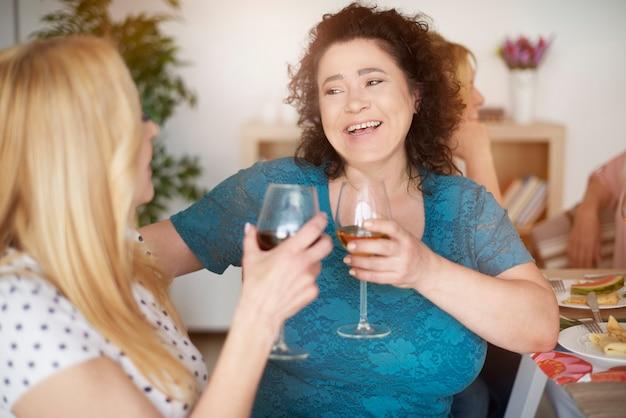 Rijpe vrouwen brengen zulke middagen graag door