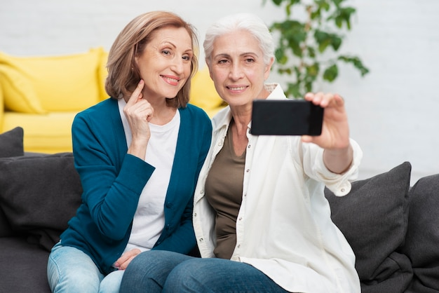 Rijpe vrouwen die samen een foto maken