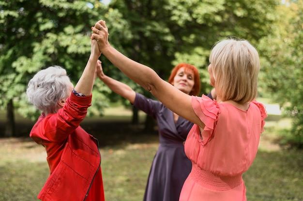 Rijpe vrouwen die samen in het park spelen