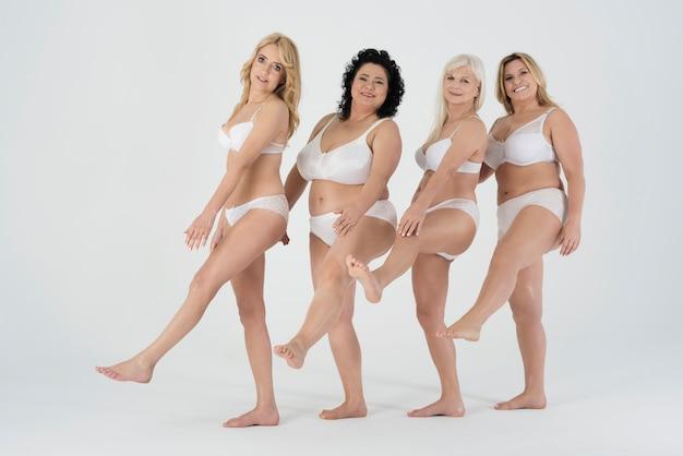 Rijpe vrouwen in ondergoed die zich zelfverzekerd voelen