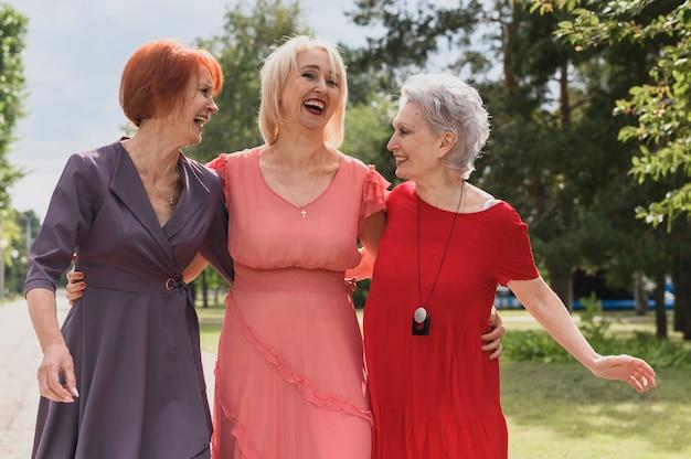 Rijpe vrouwen lachen samen