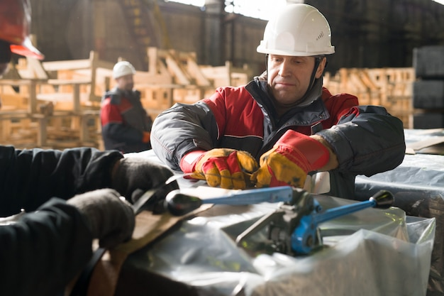 Rijpe werknemer verpakking load in fabriek