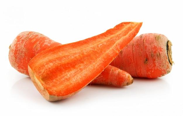 Rijpe wortel geïsoleerd op wit
