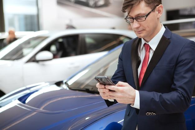 Rijpe zakenman bij autodealer