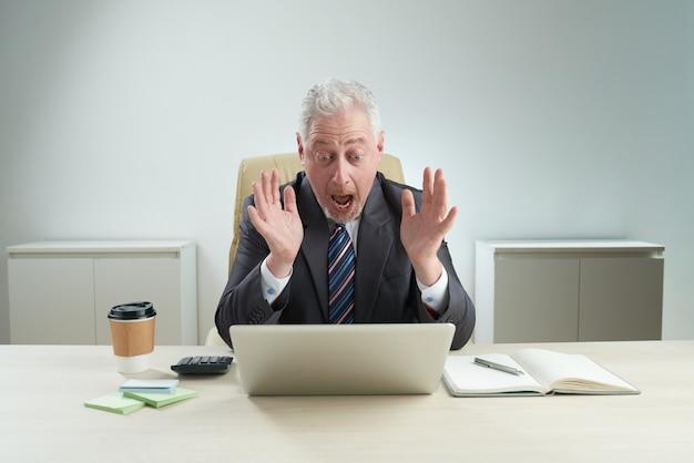 Rijpe zakenman ontving negatief nieuws