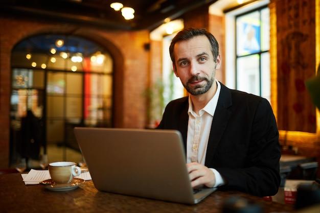 Rijpe zakenman working in cafe
