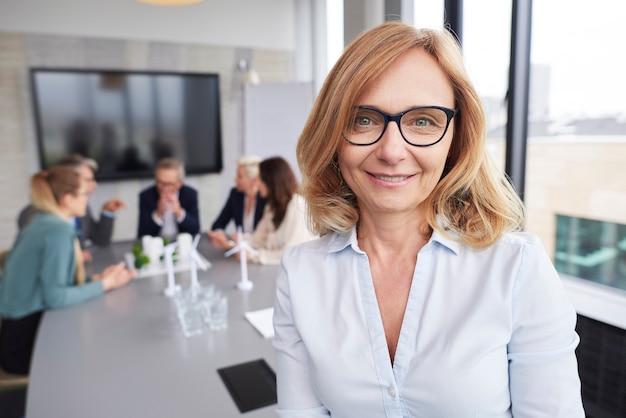 Rijpe zakenvrouw die leidt tijdens zakelijke bijeenkomst