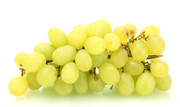Rijpe zoete druiven op wit