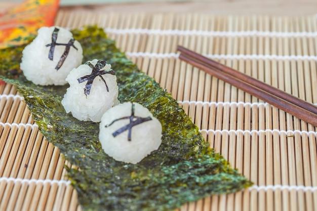 Rijst bal eten ontwerp door zelfgemaakte. focus op middelste bal