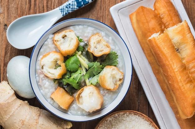 Rijst bewaard ei mager vlees pap chinese rijstepap, chinees traditioneel gezond ontbijt