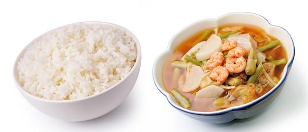 Rijst en hete en zure curry met tamarindesaus, garnalen en groenten (kang som koong)