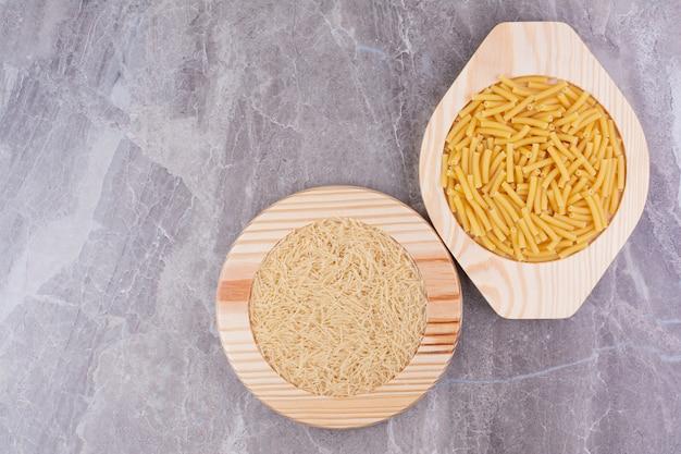 Rijst en pasta daarvan gemaakt in aparte borden