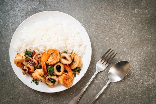 Rijst en roergebakken zeevruchten (garnalen en inktvis) met thaise basilicum - aziatische eetstijl