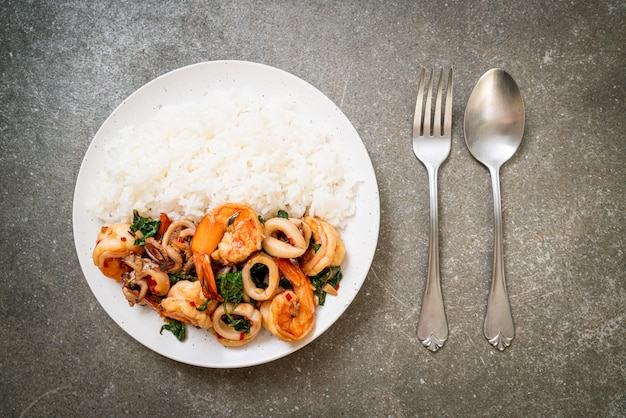 Rijst en roergebakken zeevruchten met thaise basilicum