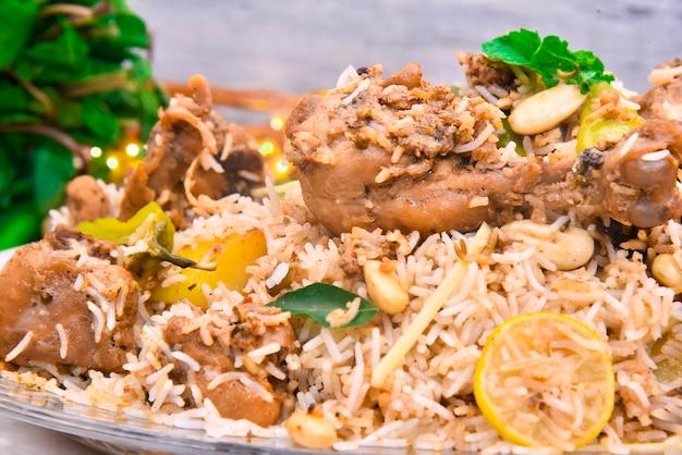 Rijst en vlees met verschillende specerijen voedselfotografie (lucknowi biryani)