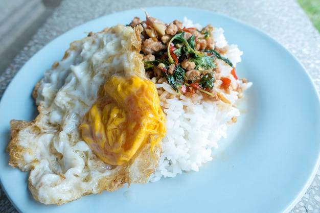 Rijst gegarneerd met roergebakken varkensgehakt en basilicum met gebakken ei.