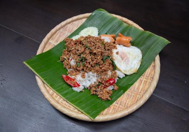 Rijst gegarneerd met roergebakken varkensvlees en basilicum