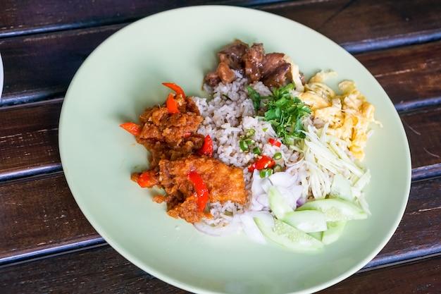 Rijst, gekruid met garnalendeeg en gebakken viscurry.