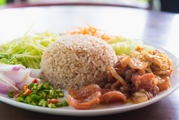 Rijst gekruid met garnalendeeg