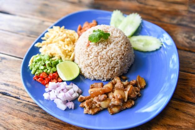 Rijst gekruid met garnalenpasta en groenten