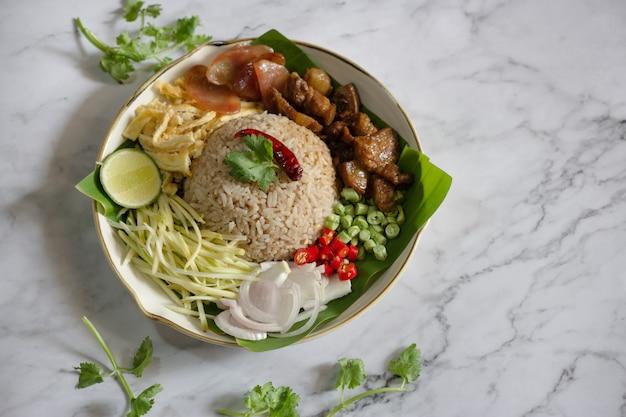 Rijst gemengd met garnalenpasta - thais traditioneel eten