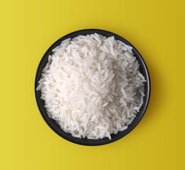Rijst in een kom op gele achtergrond