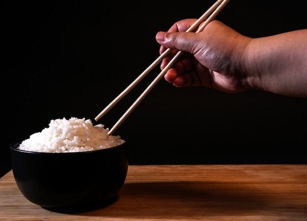 Rijst in een kom op zwart