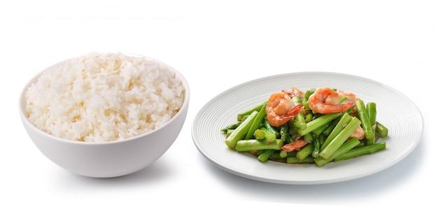 Rijst in een witte kom en een thais voedsel dat op witte ruimte wordt geïsoleerd